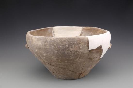 ▲史前房址中出土的陶盆。