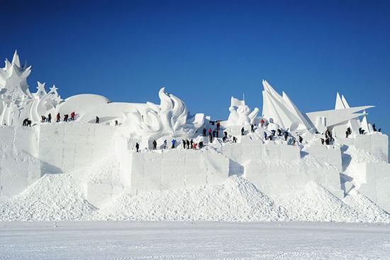 工人们从积雪中凿出造型