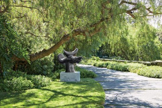 这座住宅以及其中的大师作品,都属于艺术藏家伊莱·布罗德。