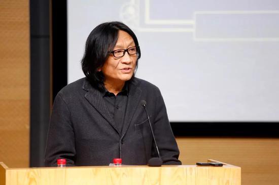 中央美术学院副院长苏新平担任主持人