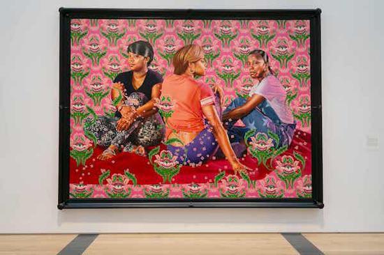 草丛里的三个女孩