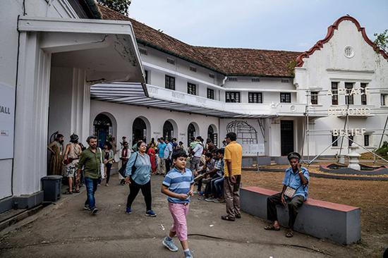 印度双年展售票处外的人群