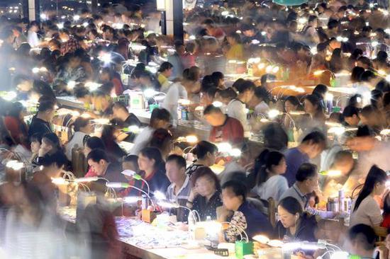 天光墟24小时不打烊。夜晚的黄金时段,是它最繁忙的时光。