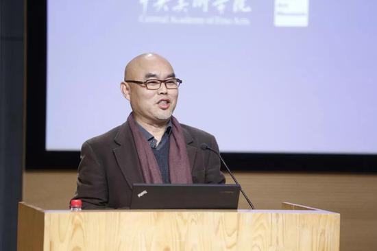 中央美术学院造型学院副院长、雕塑系主任吕品昌担任主持人