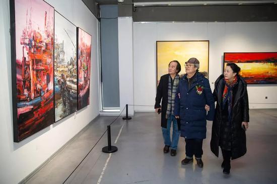 赵世杰先生陪同宋惠民先生、王易霓主席参观展览