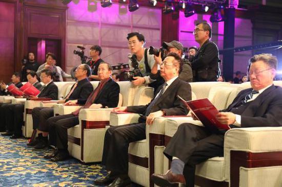 陈昌智(右二)、龙宇翔(左二)、沙祖康(右一)出席活动