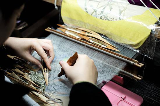缂丝工艺。2018年11月16日,江苏省苏州民间缂丝工艺展示。 视觉中国 图