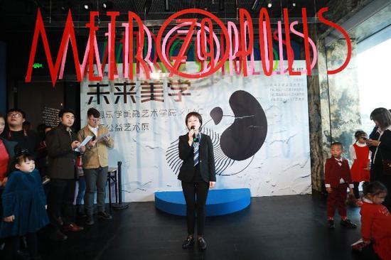 参展艺术家家长代表,北京石油化工学院机械学院副教授曹莹瑜老师发言