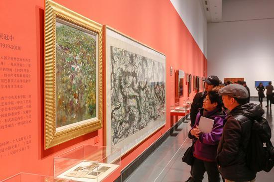 展览现场还展示着相关作品的文献