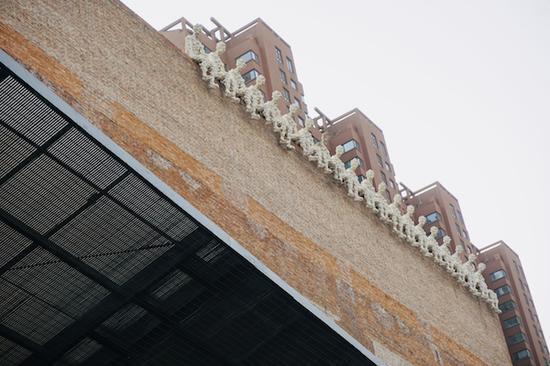 今日美术馆房顶上添加的一些装置
