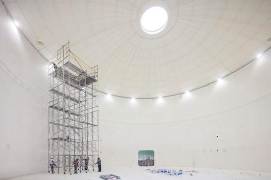 油罐艺术中心内部,工作人员正在为展览搭建架子