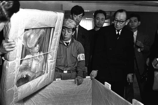 """1959年,法国归还""""松方藏品"""";图中作品为雷诺阿作品"""