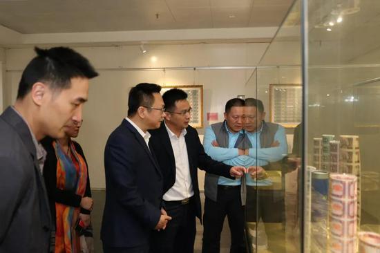 南沙区委常委、宣传部长段德海一行参观南方文交所一楼展示大厅