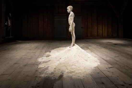 布鲁诺,《等待初雪》, 166 x 45 x 25cm, 2008,核桃木