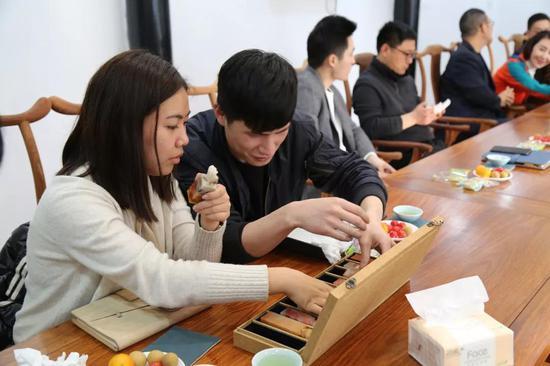 两位茶艺师现场演绎茶道,