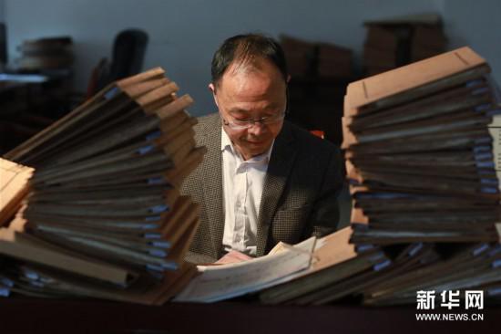 3月18日,王宗勋在锦屏文书特藏馆内整理档案。
