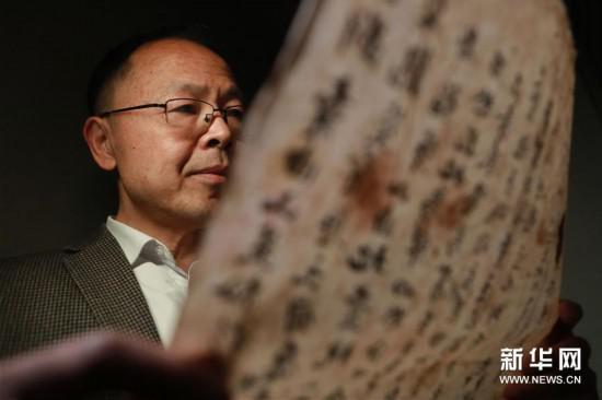 3月18日,王宗勋在锦屏文书特藏馆库房内翻阅锦屏文书。