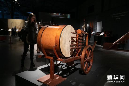 3月15日,在希腊雅典,一名参观者观看《达芬奇:天才500年》展览。