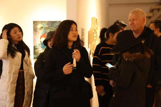 艺术家张静向嘉宾导览
