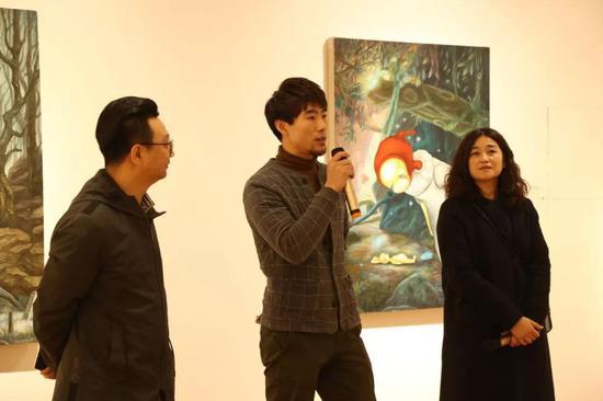 北极熊画廊馆长黄君辉开幕致辞(左二)