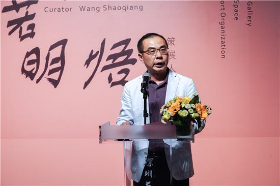 广东省丰顺商会会长杨国敬代表郑泽生的亲友向广东美术馆、深圳画院、策展人王绍强先生以及所有的来宾表示感谢