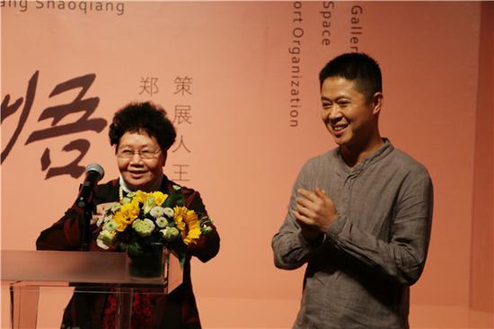 郑泽生的母亲上台致谢