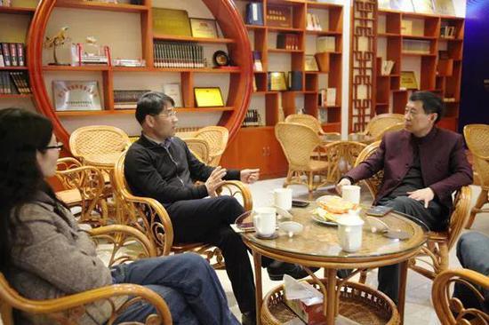 嘉宾与温州翔宇中学常务副校长、高中部校长潘文新(中)畅谈