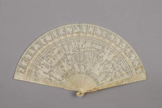 象牙劈丝透雕人物徽章纹骨扇(清)东莞市博物馆