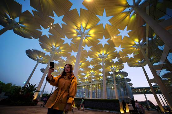 """国际馆""""花伞""""灯光变幻出不同色彩。"""