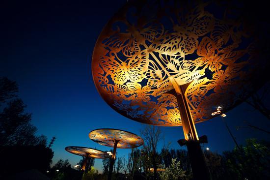 各种昆虫图案装饰自然生态展示区的路灯。