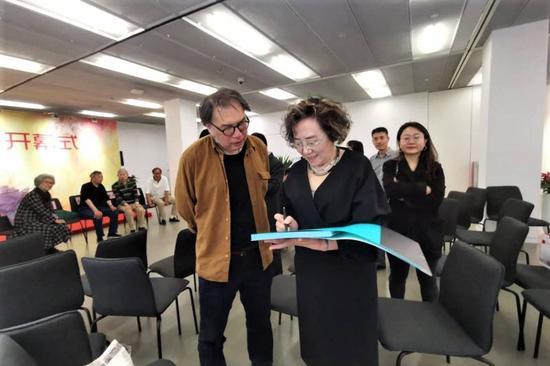 艺术家雷双女士为著名诗人西川先生签赠画册