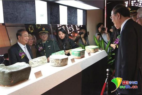 2012年,黄宏在上海吴昌硕纪念馆举办瓷枕展。资料图