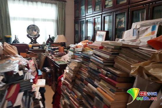 黄宏家中部分收藏图书。中国青年网记者 李慧慧 摄