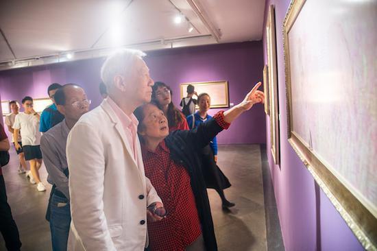 《幻. 鸥洋 杨缨 双个展》鸥洋和观众在观看杨缨作品