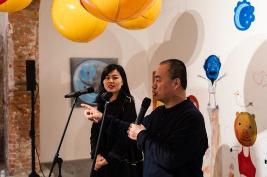 中国南京金陵美术馆馆长刘春杰(右)在开幕式上致辞