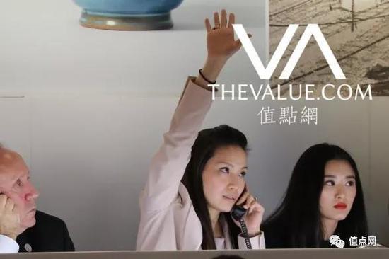 ▲ 资深亚洲客户顾问黄伟婷(Jud Wei-Ting)(图片来自去年香港秋拍)