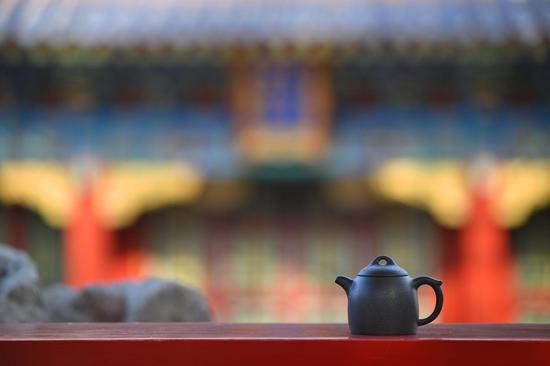 恢复传统工艺烧制成的黑紫砂壶。图/故宫出版社