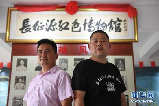 6月12日,罗小龙(右)和谢金荣在长征源红色博物馆前合影。