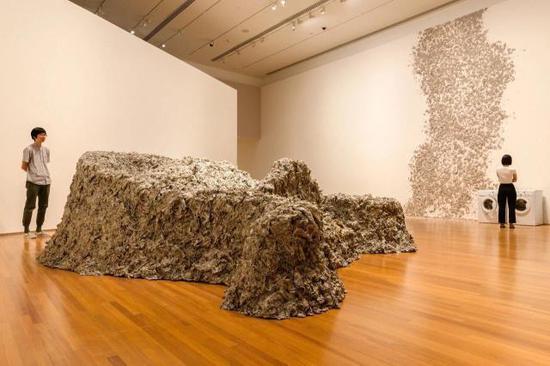 《爬行兽》,黄永砯,新加坡国家美术馆