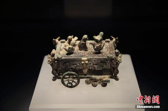 图为博物馆陈列的山西省闻喜县出土的刖人守囿车。中新社记者 张云 摄