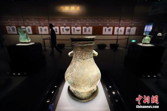 图为山西省曲沃县晋侯墓地出土的青铜圆壶。中新社记者 张云 摄