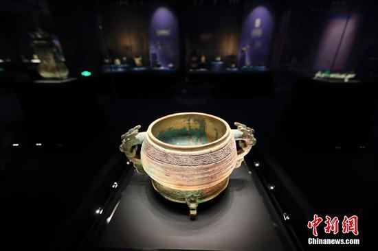 图为青铜博物馆陈列的山西警方移交的青铜簋。中新社记者 张云 摄