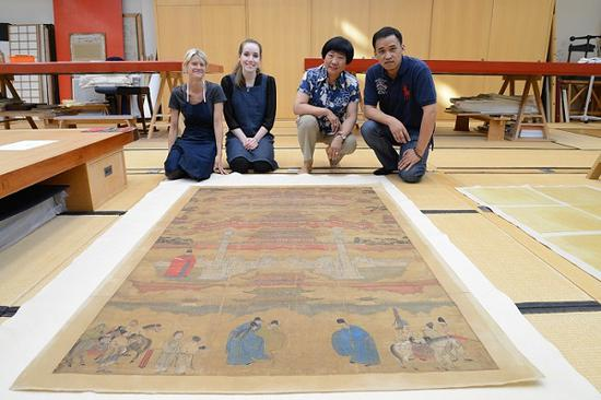 在大英博物馆修复书画 右一为褚昊,右二为邱锦仙