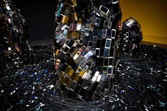 艺术家用废旧电子产品做雕塑  效果令人称赞