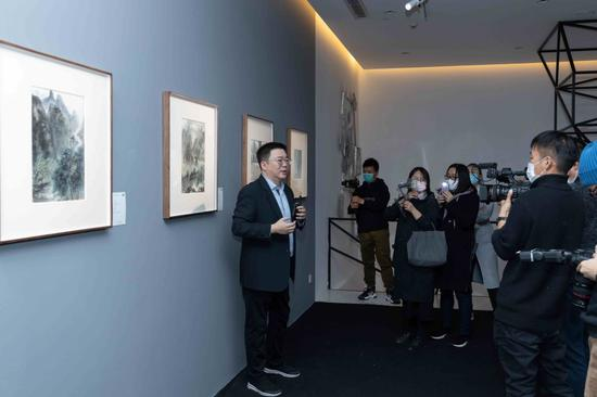 """永乐文化创始人赵旭在""""感恩有画·叶茂中的水墨世界""""展览现场导览"""