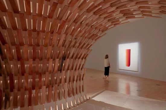 """隈研吾作品""""植物馆"""",木质结构的开口正对韩国艺术家画作"""