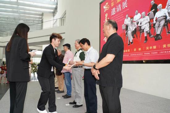 宝龙美术馆常务副馆长 吕美仪 为八位艺术家颁发收藏证书