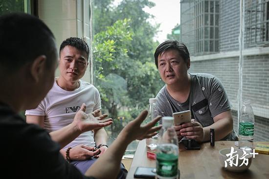 张磊在聆听客户的描述和需求。