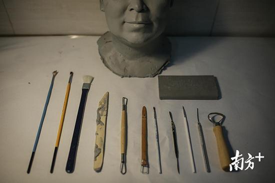 笔刷、雕塑刀、笔刷刀、雕塑泥是蜡像创作的常规工具。