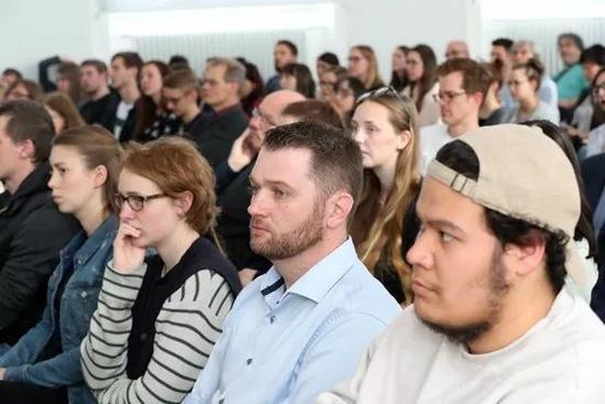 德国师生、学者聆听讲座